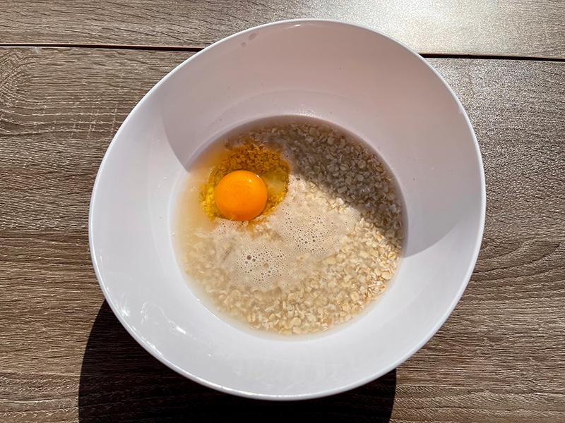 卵をひとつ入れて、軽くかき混ぜる